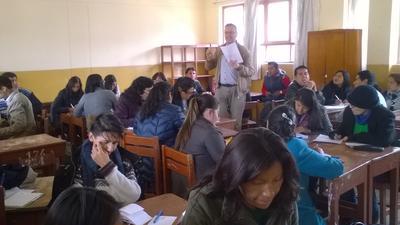 Un volontario di Projects Abroad durante una spiegazione ad una classe di insegnanti in Perù