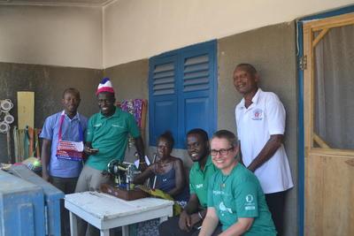 Una volontaria del progetto di microcredito in Ghana incontra Jhon, piccolo imprenditore del campo di lebbrosi di Cape Coast