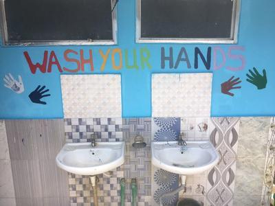 Un murale per ricordare ai bambini nella scuola le buone abitudini sull'igiene