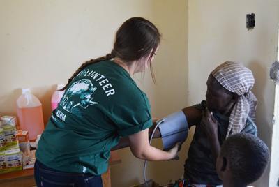 Volontari aiutano nelle visite nei villaggi