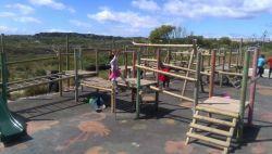 南アフリカの建築プロジェクトの遊び場の子供たち