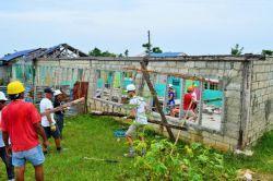 セブ島で学校の再建活動をするボランティア