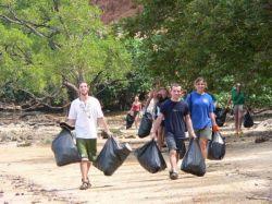 タイ環境保護プロジェクトでビーチクリーニングを行うボランティア