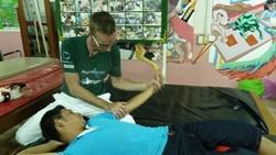 :  理学療法士に治療を受ける患者