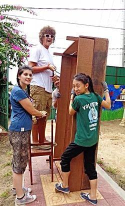 活動先の大掃除に貢献するボランティア