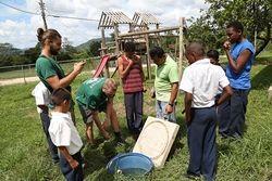 学校の井戸を整備するボランティアたち