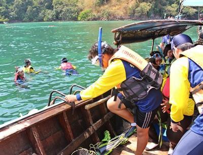 タイの子供たちにシュノーケリングを教える環境保護ボランティアたち