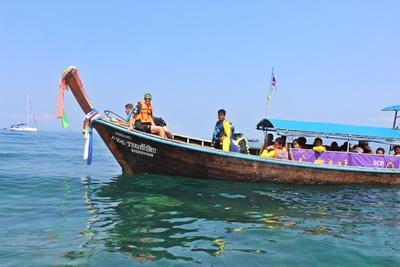 現地の子供たちに海の楽しさを教える環境保護ボランティアたち
