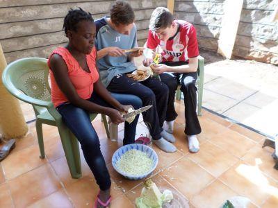 ケニアの家庭料理に挑戦するボランティア