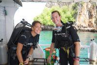 アンダマン海沿岸の海中と陸上の環境保護ボランティア
