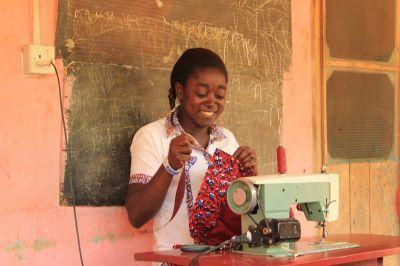 ガーナの仕立て屋、Victoria Oduroはガーナでヨーロッパ人やアメリカの市場向けに服を作っています。