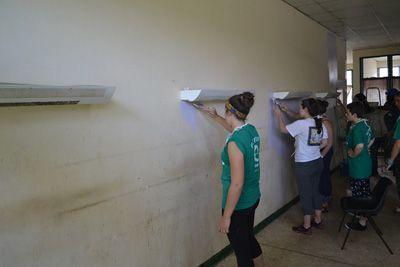 プロジェクトアブロードのボランティアはガーナのケープコーストにある教育研究病院の壁をペンキで塗りました。