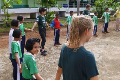 プロジェクトアブロード海洋保護ボランティアはタイのクラビの小学校でワークショップを開催