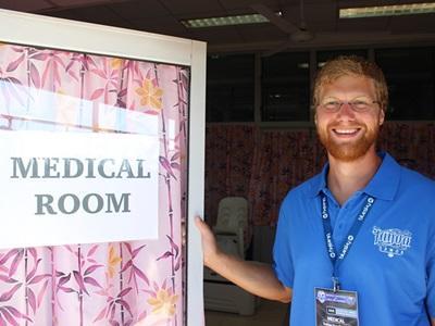 サモアにいるプロジェクトアブロードのボランティアがアピア公園で行われたManu Samoa対全員が黒人のチームの試合に医療チームの一員として参加