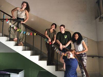 プロジェクトアブロードの医療ボランティアがスリランカのPanaduraにある婦人病院で千羽鶴をつるしました。