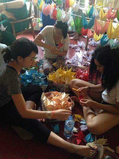 スリランカの病院で高校生ボランティアたちが鶴を折りました。