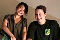 ボランティアがスリランカの病院で幸運のしるしとして折った千羽鶴