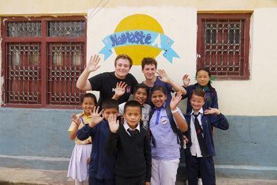ネパールの学校でサマースクールを企画した教育ボランティアと学校の生徒たち。