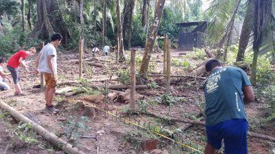 ペルーのタリカヤ自然保護区で移送されてくる動物のための囲いを作るボランティア