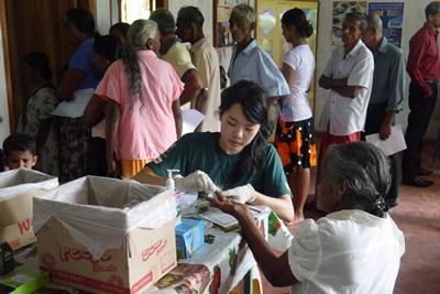 プロジェクトアブロードの医療ボランティアが、コロンボの田舎の地域で血糖値と血圧を計る様子