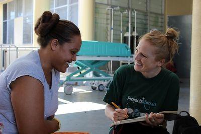 プロジェクトアブロードのボランティアがサモアの栄養管理プロジェクトで女性に聞き取りを行う様子