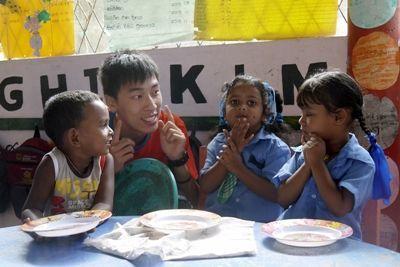 幼稚園で活動するプロジェクトアブロードのケアプロジェクトに参加しているボランティア