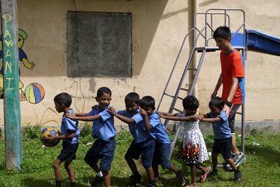 プロジェクトアブロードのボランティアであるHerman Chi Hong Chanが、PenaduraにあるDutch Anne幼稚園で子供たちとゲームをする様子