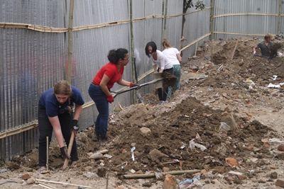 ネパールの復興支援プロジェクトで教室の建築作業を行うプロジェクトアブロードのボランティア