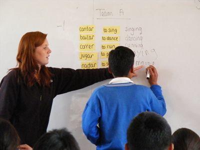 英語を教えている教育プロジェクトのボランティア