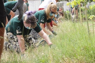 カンボジアで菜園を整備する高校生ボランティア