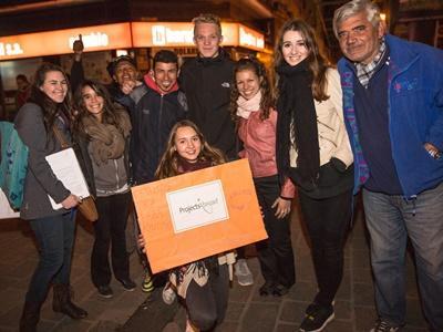 アルゼンチンの法律・人権プロジェクトのボランティアが、ホームレスに関しての毎週の法律アウトリーチ活動に参加する様子
