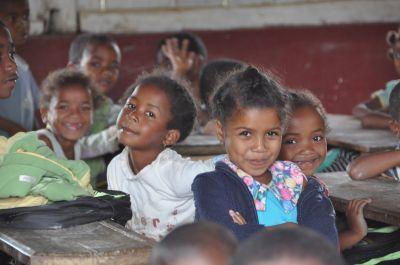 プロジェクトアブロード教育プロジェクトが行われているマダガスカルの現地の学校で、子供たちが笑っている様子