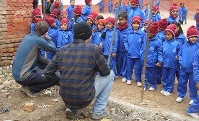プロジェクトアブロードのボランティアが、ネパールの復興支援プロジェクトで再建された学校の生徒と会う様子