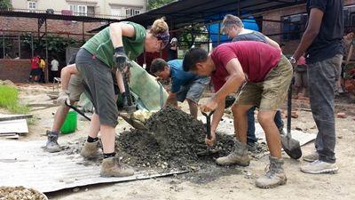 学校やトイレを再建するために、復興支援プロジェクトに取り組むプロジェクトアブロードのボランティア