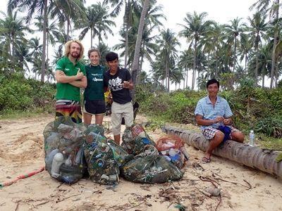 オーストラリア人ボランティアケイトさんとカンボジア環境保護プロジェクトスタッフがビーチ清掃活動行っている場面
