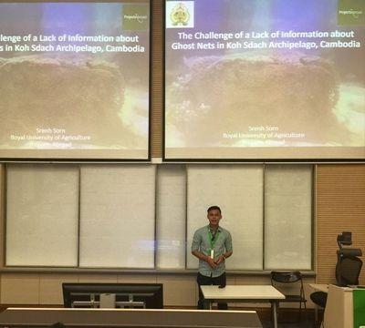 プロジェクトアブロードのカンボジアスタッフSea Sorn氏がConservation Asiaでゴーストネット問題についてプレゼンテーションを行っている場面