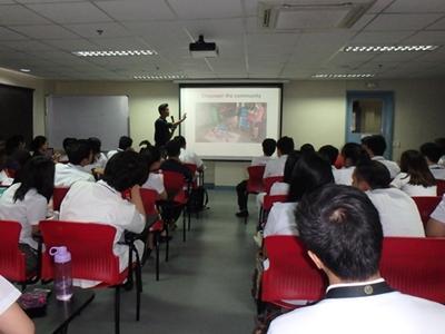 フィリピン障がい予防とリハビリテーションウィークでプレゼンテーションを行う理学療法インターン