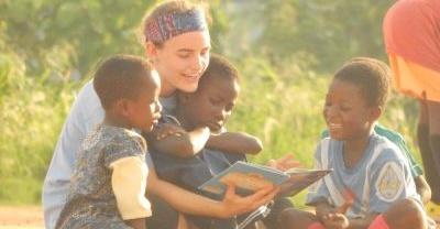 ガーナSoccer Pitch Readingプロジェクト 本の読み聞かせを楽しむ子供たち