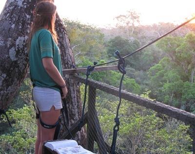 ペルーの環境保護ボランティアが、鳥の観察をしている様子