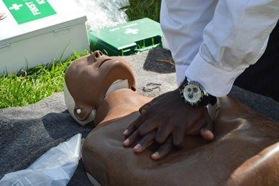 医療インターンたちがケニアの人々に心肺蘇生法を教えている場面