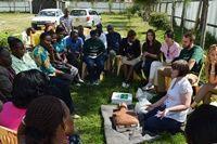 アイルランド人医療インターン、ケニアで救急医療セットを寄付