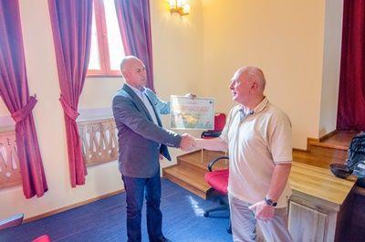 プロジェクトアブロードのオランダ人ボランティアが、ルーマニアのブラショヴの市長にデイケアセンターに送る寄付金を渡したときの様子