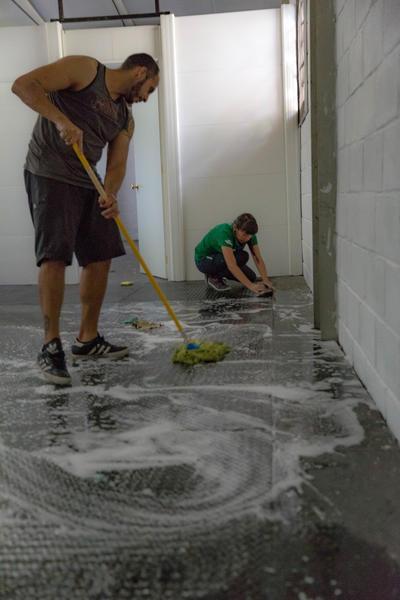 新しい移民避難居住施設オープンに向けて、掃除に励むメキシコ国際開発インターンシップのスタッフたち