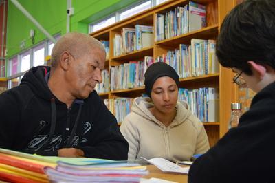 南アフリカの無償法律相談所で法律のアドバイスを受ける家族