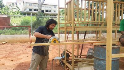 ジャマイカの学校に安全な遊び場を建設するボランティアの活動の様子