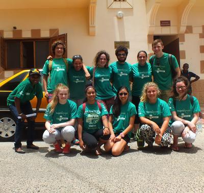 西アフリカのセネガルで海外ボランティア活動に参加中の高校生ボランティアたち