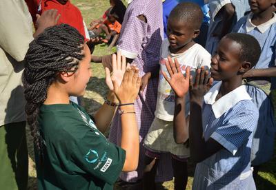 ケニアで海外ボランティア 子供のケア活動中の日本人高校生ボランティア
