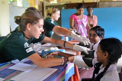 南アジアのスリランカで、子供たちに公衆衛生活動を行うインターンたち