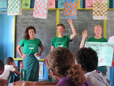 フィジーの子供たちに健康に不可欠な栄養管理について教育するインターンたち