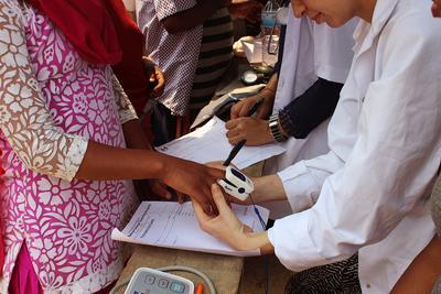 ネパールで医療海外インターンシップ 地域コミュニティでの健康診断の様子